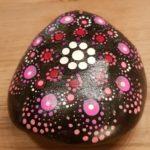 Acrylfarbe bemalter Stein
