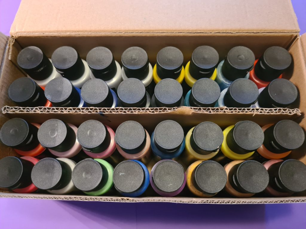 Geöffnete Artezafarbenbox